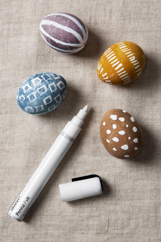 Färga dina ägg med naturliga färgämnen.