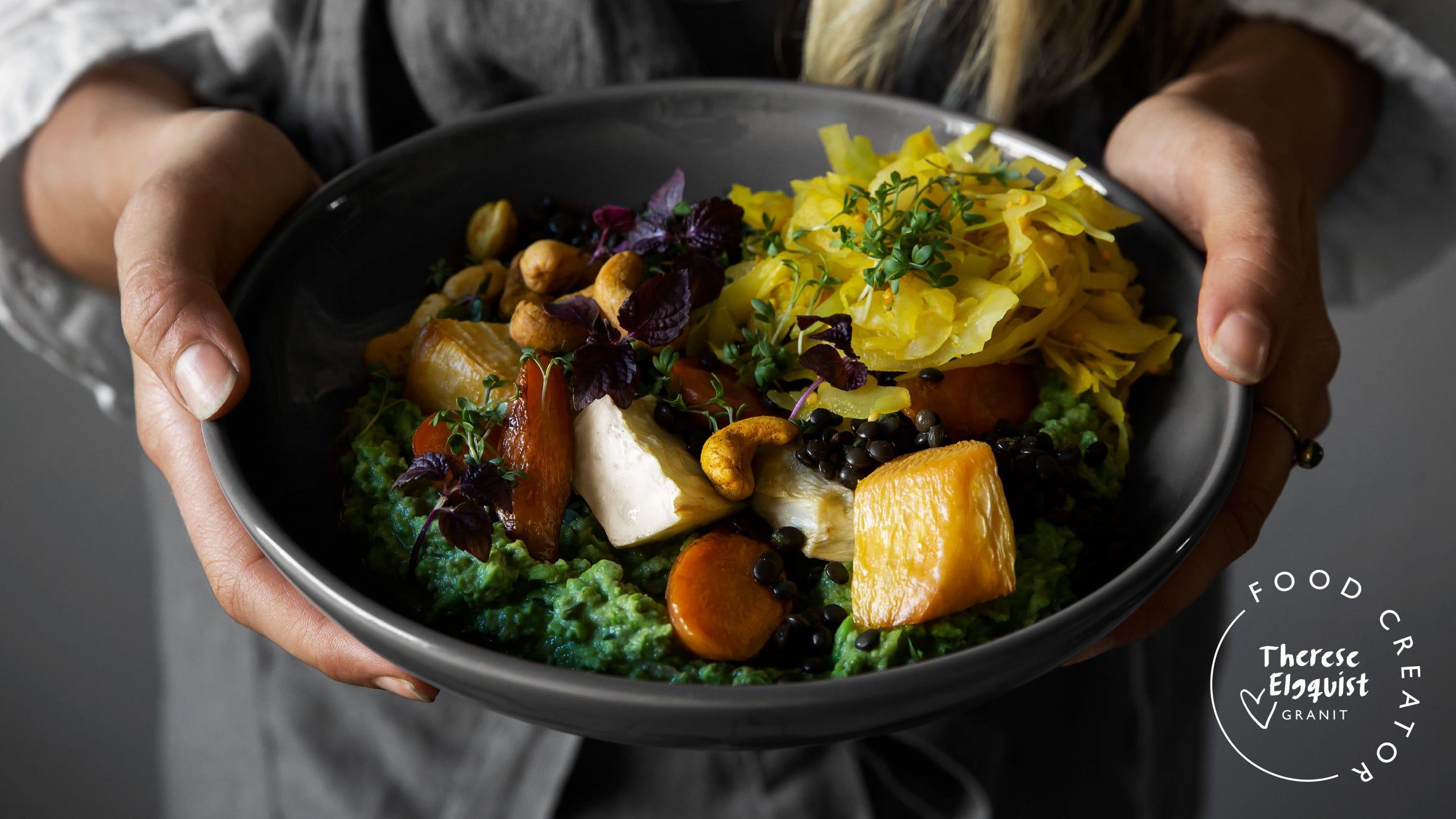 Grön ärtbowl med ugnsrostade rotsaker, belugalinser, sauerkraut och Za'atar