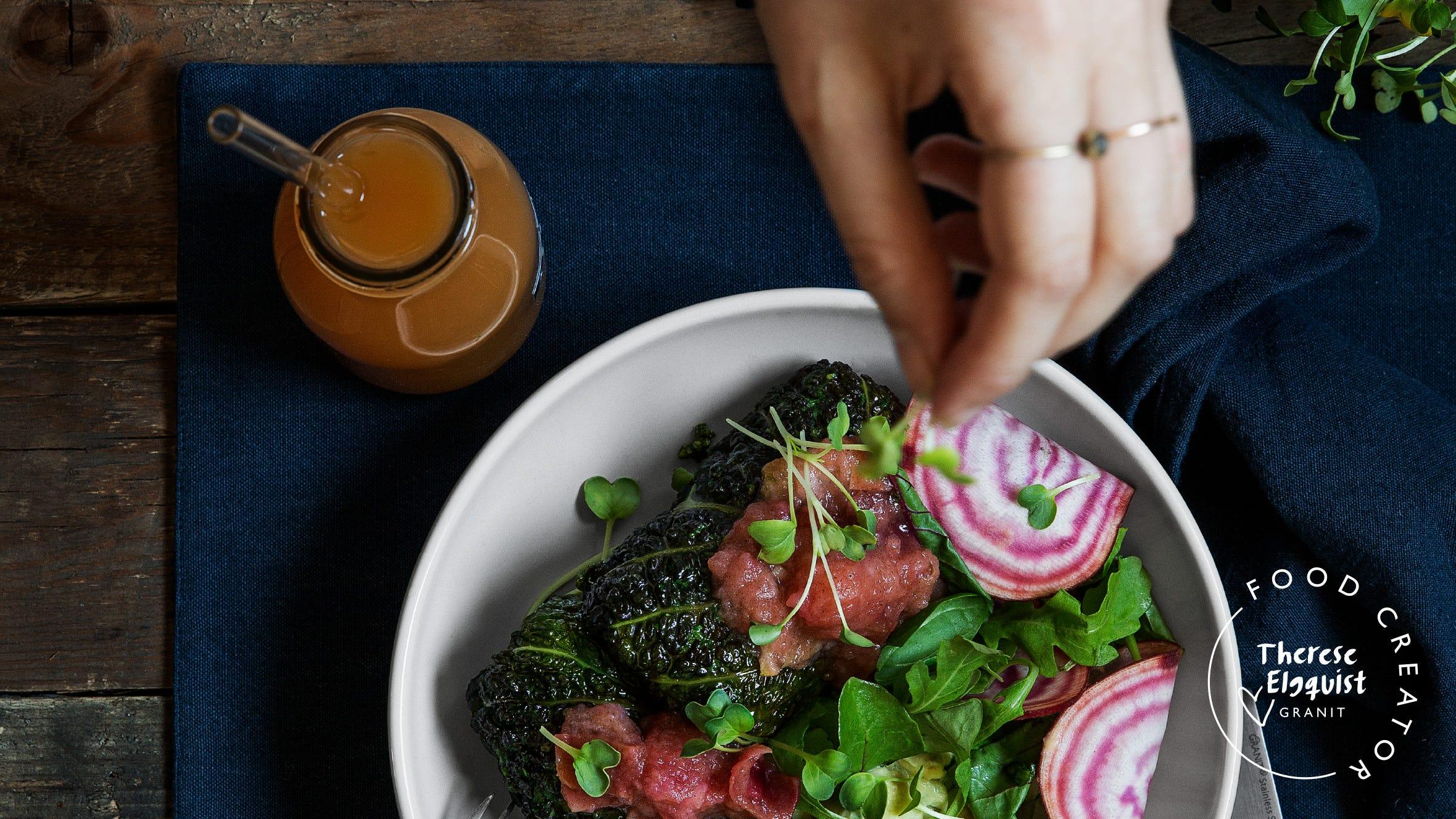 Savoykålsdolmar med lins- och svampfyllning, palsternackskräm och äppelkompott